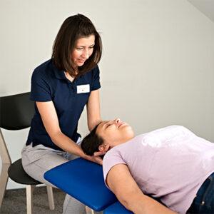 fizjoterapeuta w trakcie terapii odcinka szyjnego kręgosłupa