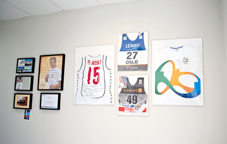 ściana z koszulkami sportowców